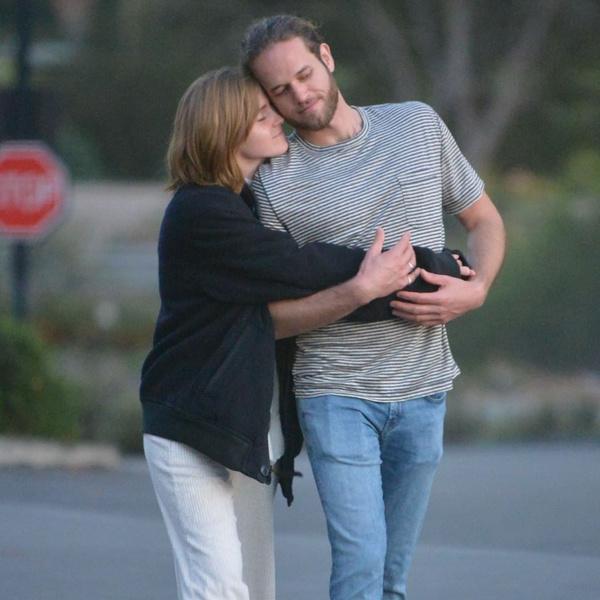 Фото №1 - Редкий кадр: Эмму Уотсон поймали на романтичной прогулке с возлюбленным