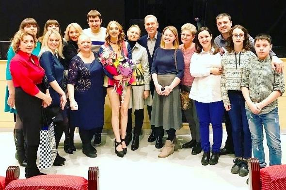 Надежда Сысоева со своими родными и близкиим после концерта в Красноярске