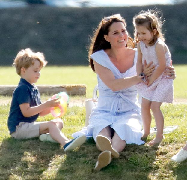 Фото №7 - Грозит пальцем и не ругает за истерики: как Кейт Миддлтон воспитывает детей идеальными