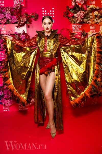 Фото №2 - «Голая» Клава Кока, любвеобильный Филипп Киркоров и розовый Даня Милохин: самые яркие наряды звезд на «Премии Муз-ТВ»
