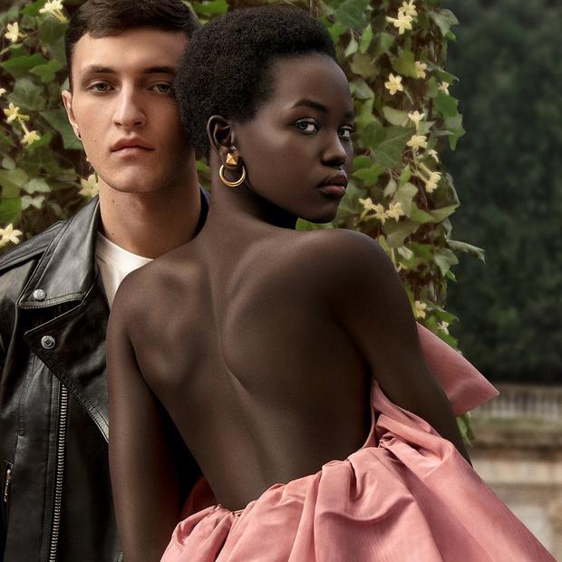 Фото №1 - Прекрасные Анвар Хадид и Адут Акеч в новой бьюти-кампании Valentino
