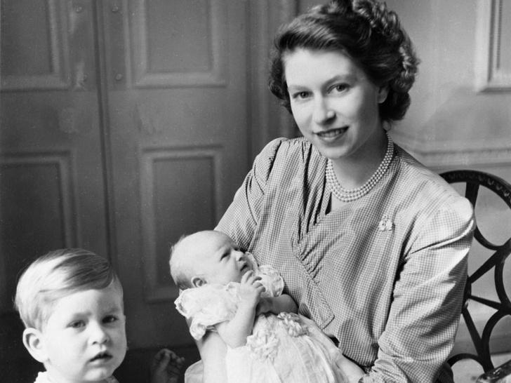 Фото №2 - Не просто украшения: самые красивые драгоценности, которые принц Филипп дарил Королеве
