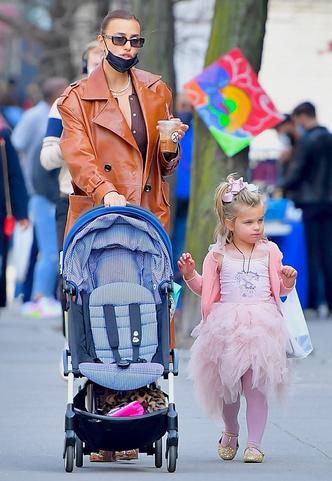 Фото №15 - Самый модный ребенок Нью-Йорка: как одевается дочь Ирины Шейк и Брэдли Купера