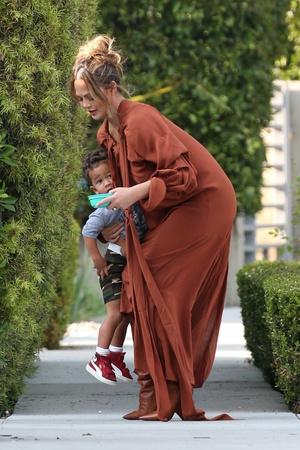 Фото №4 - Крисси Тейген в платье и сапогах самого актуального цвета месяца