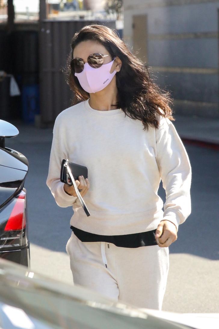 Фото №2 - Белый спортивный костюм + черная футболка: Мила Кунис в Голливуде