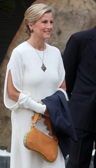 Фото №7 - И на солнце есть пятна: новый выход и редкий модный провал любимой невестки Королевы