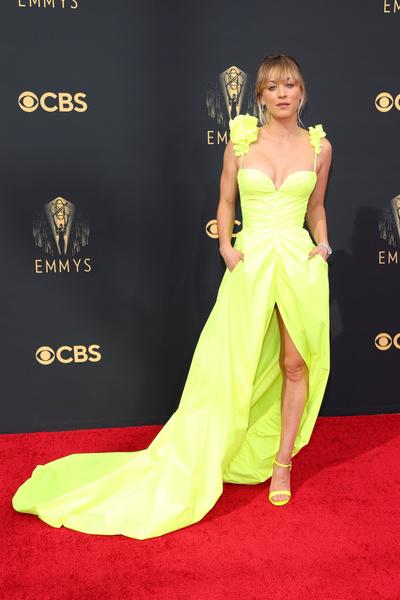 Фото №5 - Ярко и элегантно: самые роскошные образы знаменитостей на Emmy 2021