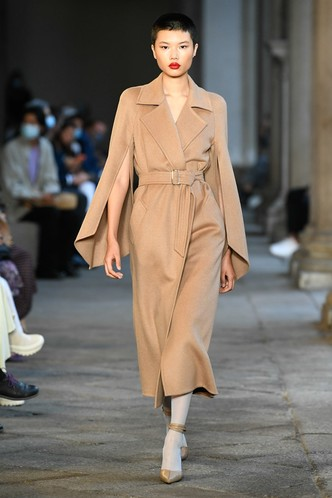 Фото №44 - Идеально скроенные пальто, самые стильные тренчи и брючные костюмы на показе Max Mara