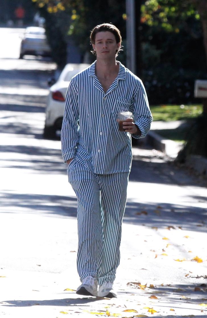 Фото №2 - Патрик Шварценеггер гуляет по городу в пижаме. И всем мужчинам советует