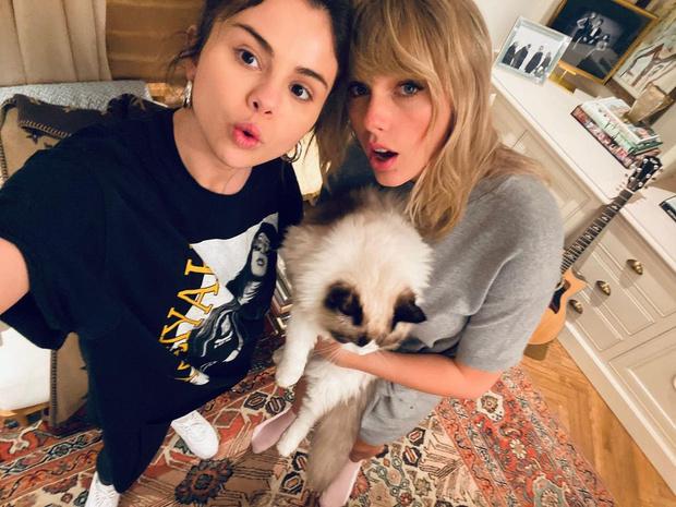 Фото №1 - Friendship goals: Селена Гомес поделилась новым селфи с Тейлор Свифт