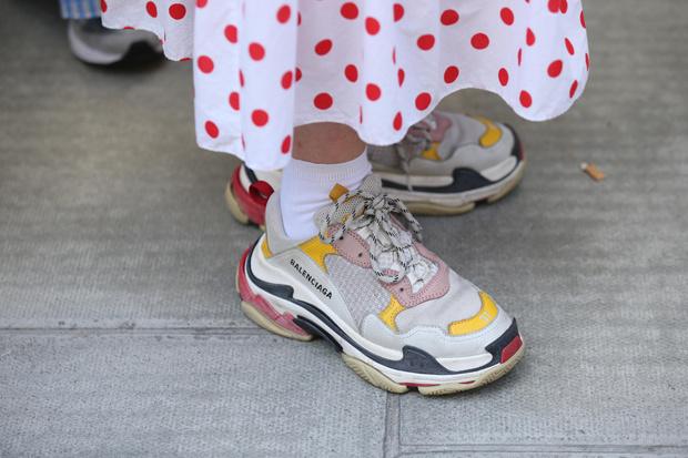 Фото №2 - Эволюция модных кроссовок: в 2010-х все носили на платформе, а в 2020-х покупают «папины»