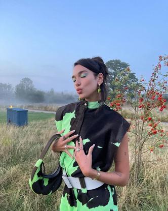 Фото №3 - Этой осенью покупаем высокие лаковые сапоги как у Дуа Липы