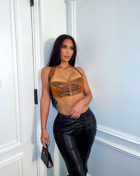 Фото №1 - Что будем носить осенью 2021: топ-корсет и кожаные штаны по примеру Ким Кардашьян