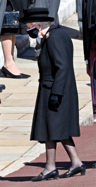 Фото №4 - Королевские особы, которые сделали из масок модный аксессуар