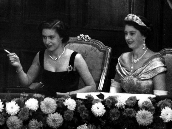 Фото №12 - Сестры и лучшие подруги: 20 самых трогательных и теплых фото Королевы и принцессы Маргарет
