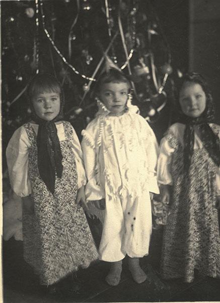 Маленькая Оля в платочке (справа)