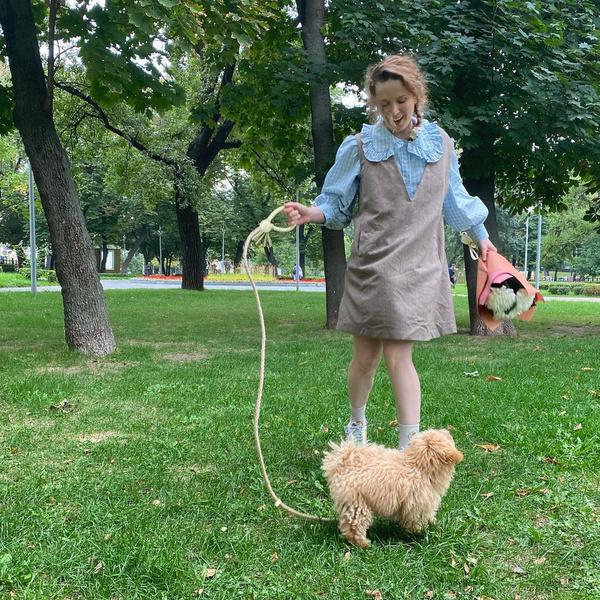 Фото №1 - Сарафан и рубашка с акцентным воротником: модный аутфит на учебу от певицы Монеточки