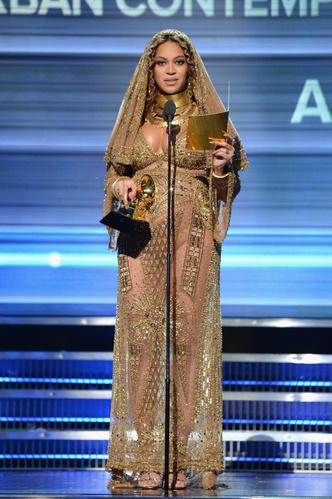 Фото №11 - Не рискнете повторить: самые скандальные образы Бейонсе— от «голых» платьев до нимба