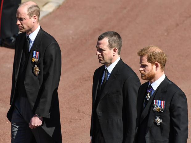 Фото №2 - Напряжение и прощение: о чем говорит язык тела Гарри и Уильяма на похоронах принца Филиппа