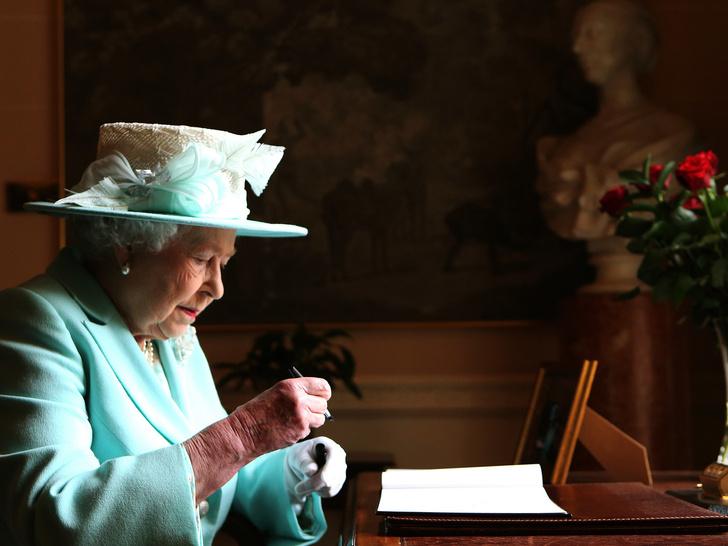 Фото №2 - Что такое придворный циркуляр, и почему Королева должна утверждать его каждый день