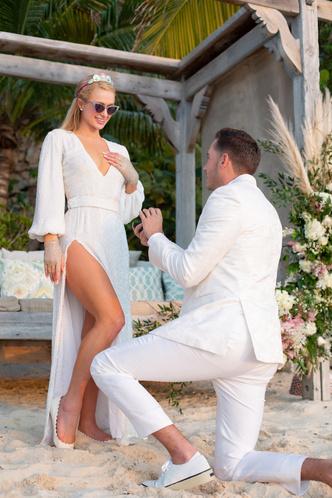Фото №1 - Пэрис Хилтон выходит замуж! Рассматриваем новое кольцо и вспоминаем 3 предыдущих