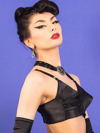 Фото №11 - Вооружены и опасны: почему бюстгальтеры-пули снова в моде и причем здесь Мадонна и Монро
