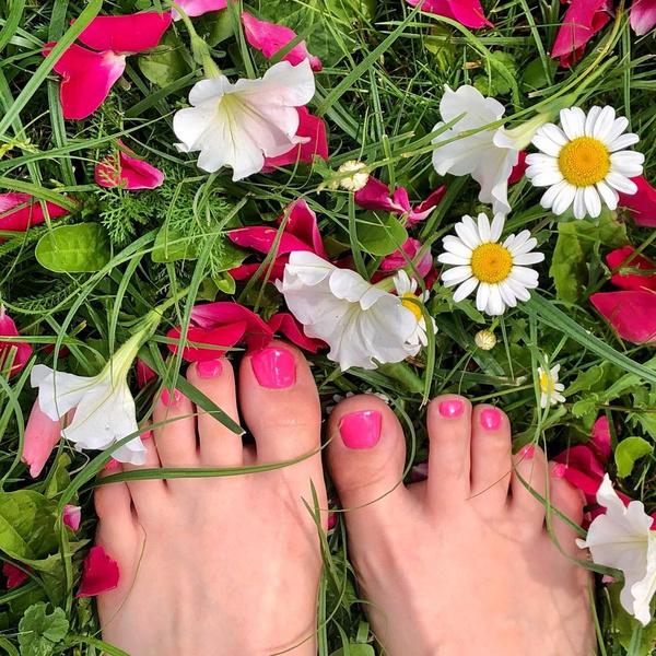Фото №1 - Цвет настроения розовый: вдохновляемся модным педикюром Ани Покров💗