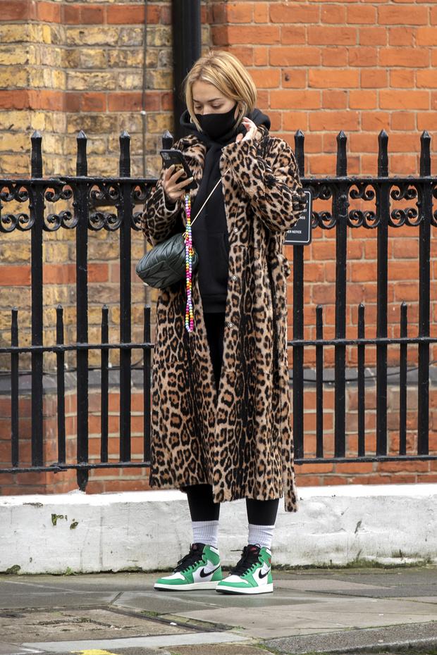 Фото №2 - Леопардовое пальто + худи: Рита Ора в Лондоне