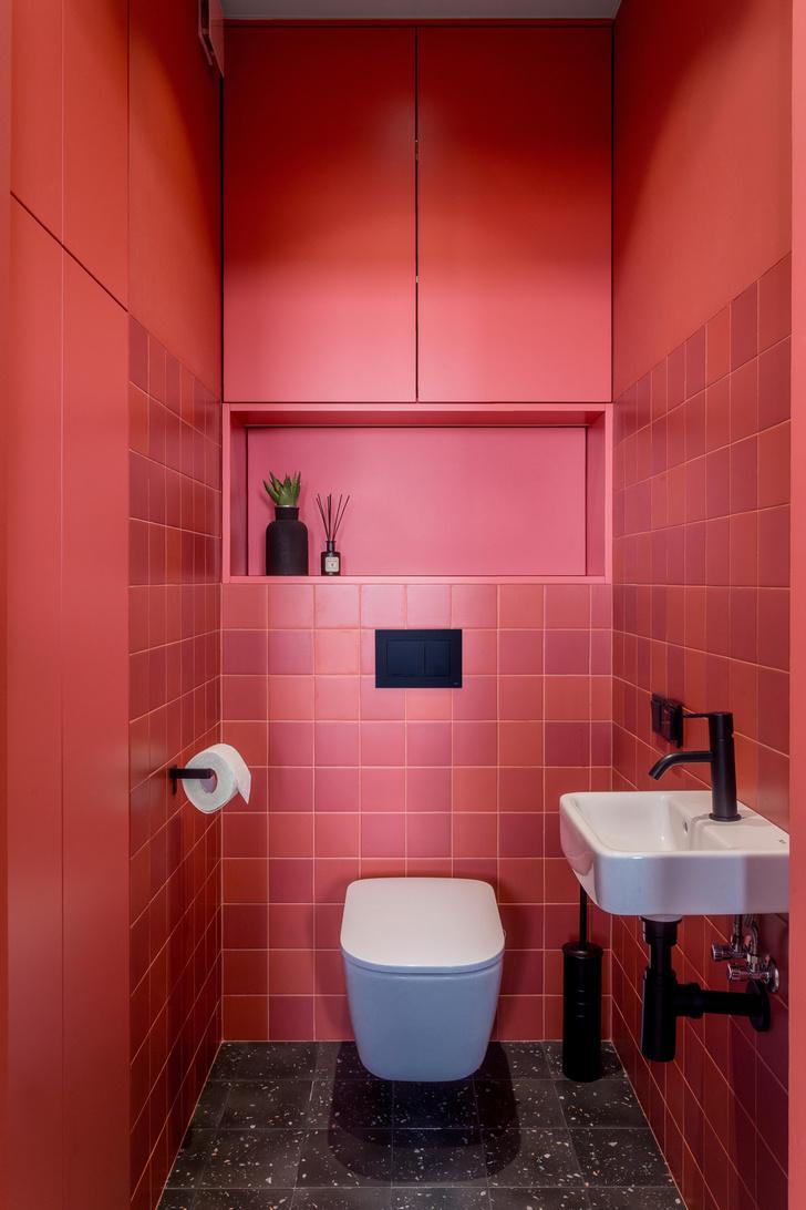 Фото №10 - Яркая квартира с «клубным» туалетом в Минске