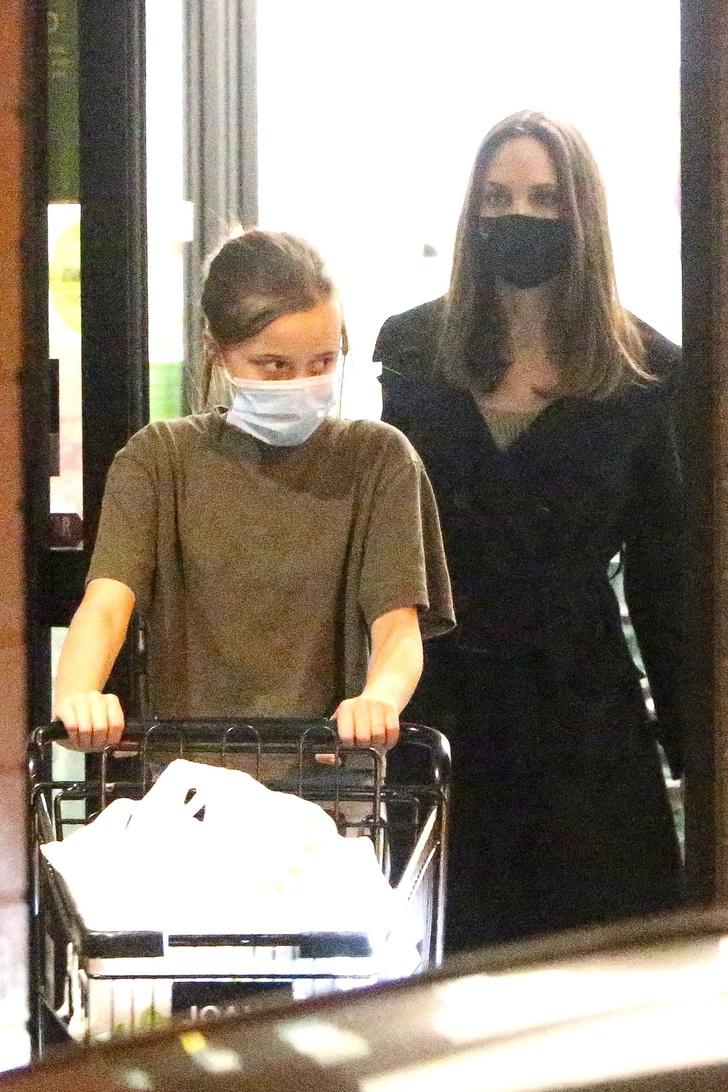 Фото №1 - Даже во время шопинга Анджелина Джоли выглядит как героиня нового фильма про шпионов