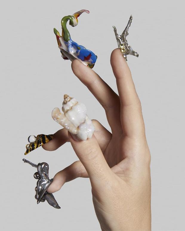 Фото №1 - Ты морячка, я моряк: любуемся маникюром моделей Jean Paul Gaultier в морском стиле
