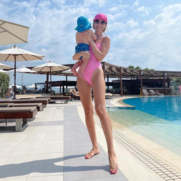 Фото №2 - «Вся зона бикини напоказ»: Подольскую пристыдили за пляжное фото