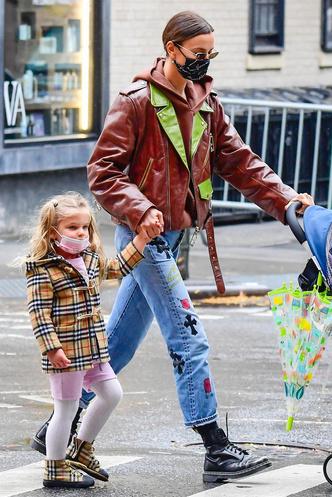 Фото №16 - Самый модный ребенок Нью-Йорка: как одевается дочь Ирины Шейк и Брэдли Купера