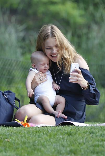 Фото №1 - Наталья Водянова учит малыша делать селфи