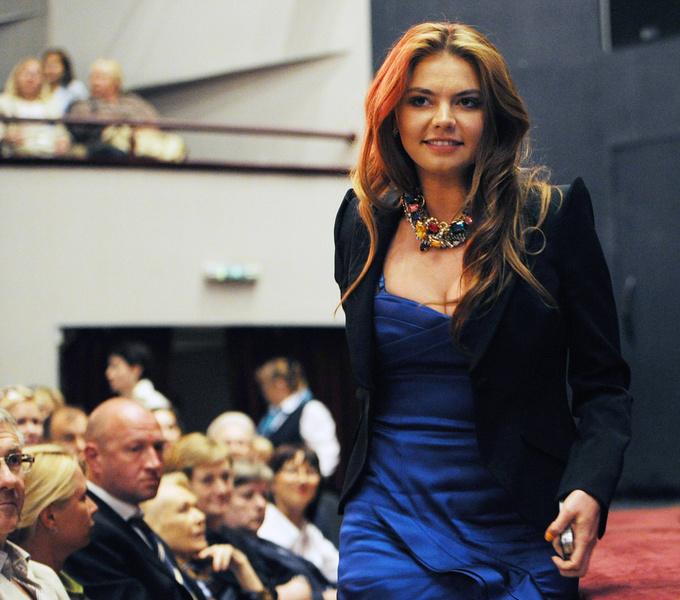Фото №1 - Белые ботфорты, джинсы в стразах: как изменилась Алина Кабаева за последние 15 лет
