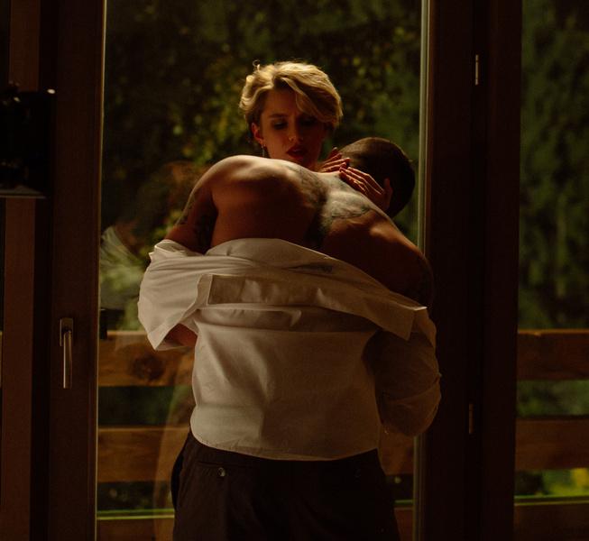 Фото №3 - Прилучный занялся сексом с другой «папиной дочкой» в самом эротическом фильме этой осени
