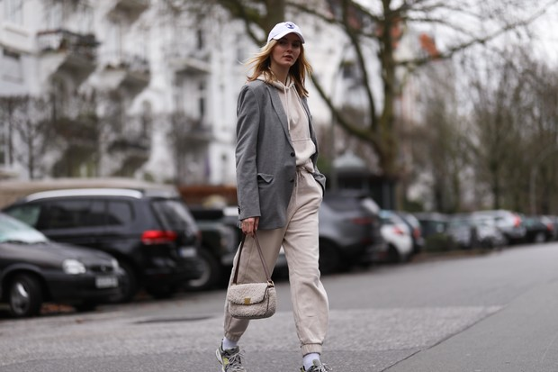 Фото №1 - Главный цвет 2021-го года: как носить серый и не выглядеть серой мышью