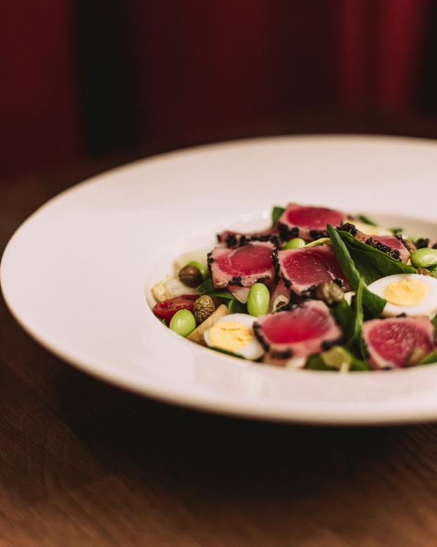 Фото №2 - Кухня ELLE DECORATION: салат «Нисуаз» со свежим тунцом
