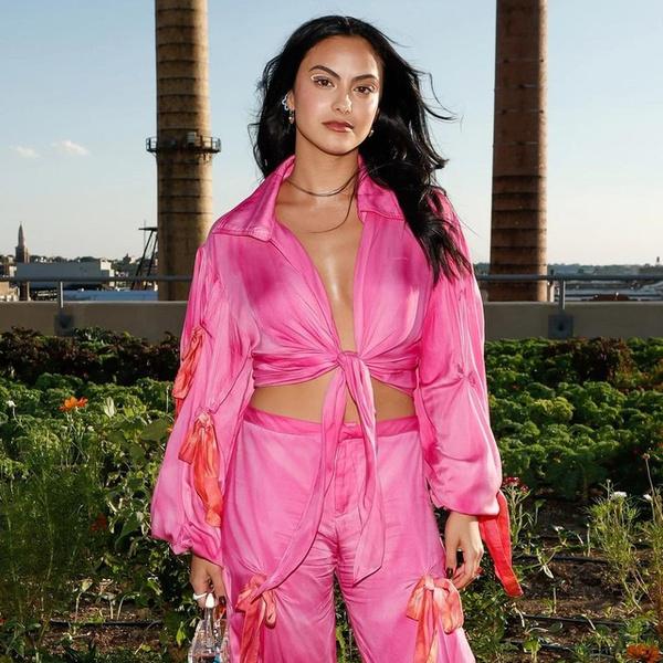 Фото №1 - Розовый костюм и прозрачная сумка— лучшее сочетание для вечеринок от Камилы Мендес