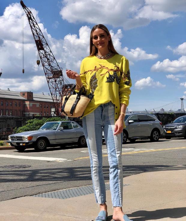 Фото №1 - Лимонный джемпер с летучими мышами и полосатые джинсы: Оливия Палермо показала яркий образ для летней прогулки