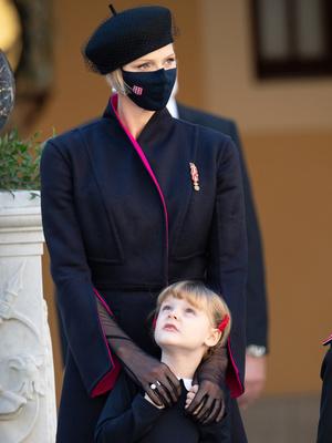 Фото №2 - «Траурный» берет и странное пальто: княгиня Шарлен снова не угадала с образом