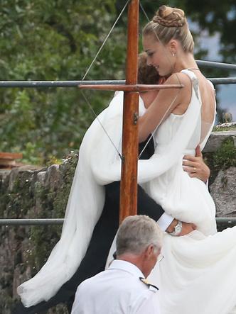 Фото №7 - После венчания: вторые свадебные платья королевских невест