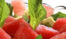 Салат из арбуза, авокадо и шпината