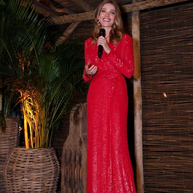 Фото №4 - Код «красный»: Наталья Водянова в невероятно элегантном образе на вечере в Женеве