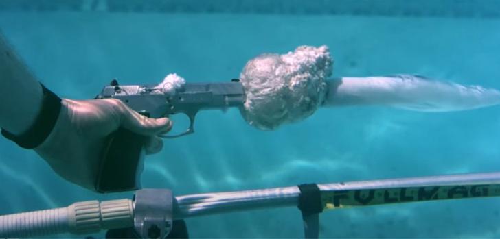Фото №1 - Эксперимент: как далеко летят пули разного калибра, если стрелять под водой