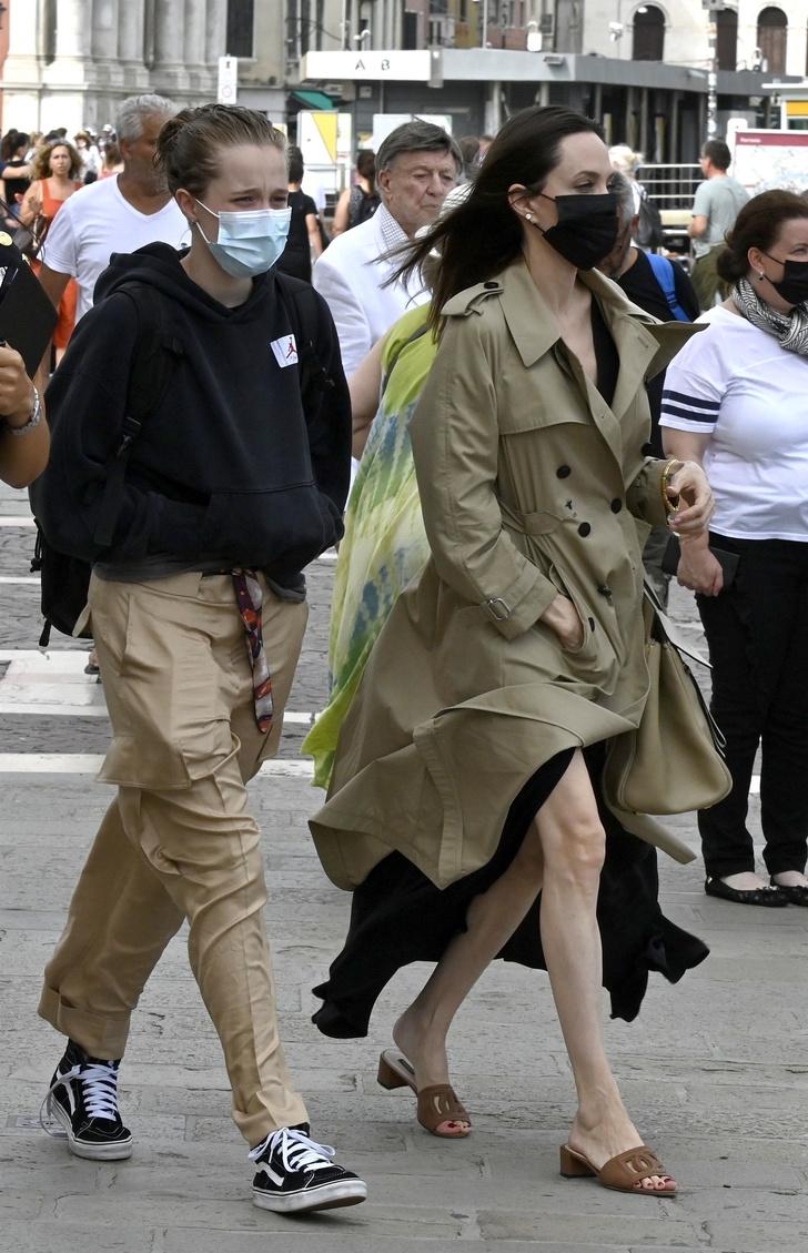 Фото №7 - Анджелина Джоли в Венеции с красивым незнакомцем и в любимом тренче