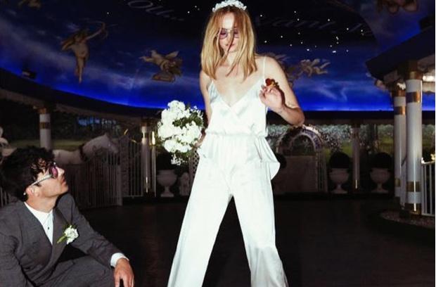 Фото №1 - Из неизданного: Софи Тернер поделилась новыми свадебными фото в годовщину церемонии. И они сумасшедшие