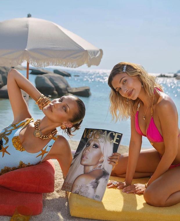 Фото №1 - Белла Хадид и Хейли Бибер загорают на пляже в новой рекламной кампании Versace