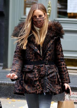 Фото №3 - Микротренд: сочетайте пуховик с маской, как стилист Оливия Палермо