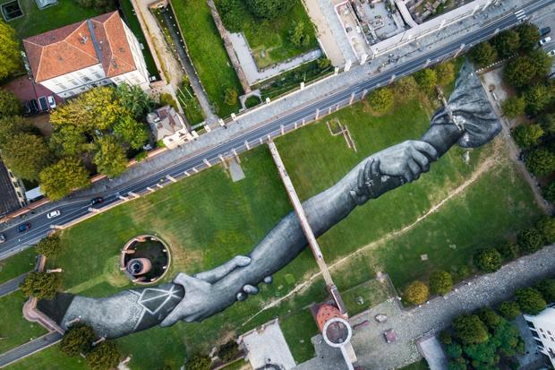 Фото №1 - Lavazza совместно с художником Сайпе создали арт-объект в парке в Турине